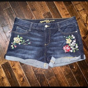 < Arizona Floral Embroidered Shorts >